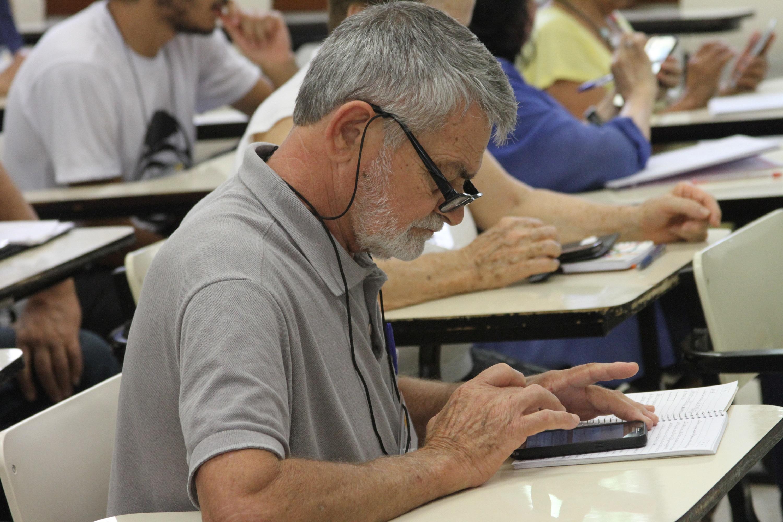 Voluntários podem contribuir com iniciativa da USP que ajuda idosos a desenvolver habilidades em tecnologia